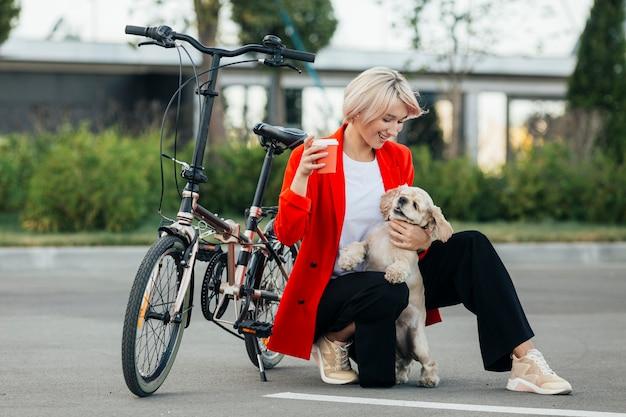Blonde frau spielt mit ihrem hund