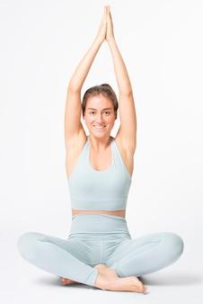 Blonde frau streckt sich in blauem fitness-outfit