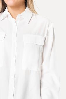 Blonde frau trägt ein langärmliges hemd in weißer farbe