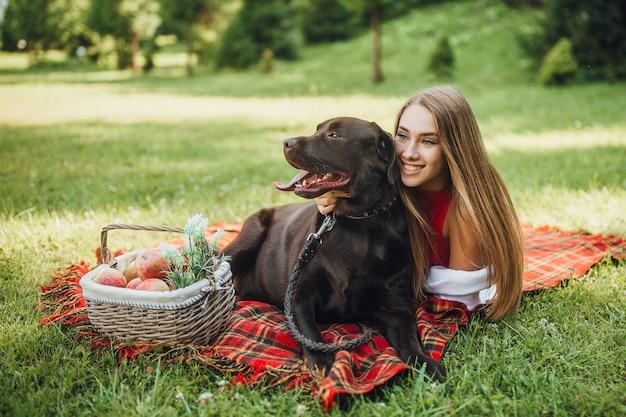 Blonde frau und ihr hund labrador lachen