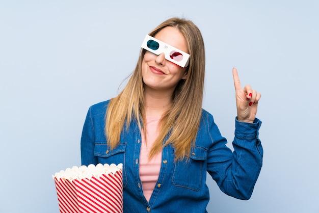 Blonde frau, welche die popcorn zählen zeichen der nr. eine isst
