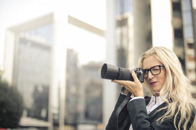 Blonde geschäftsfrau und fotograf