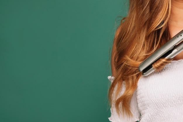 Blonde haare und haarglätter