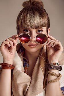 Blonde hippiefrau des schönen zaubers mit klaren gläsern