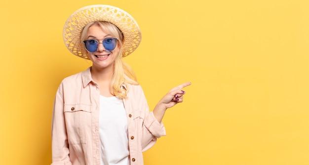 Blonde hübsche frau an feiertagen mit einem kopienraum