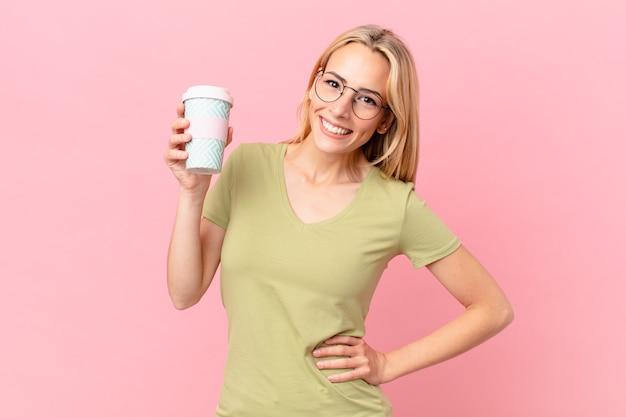 Blonde hübsche frau, die einen kaffee trinkt