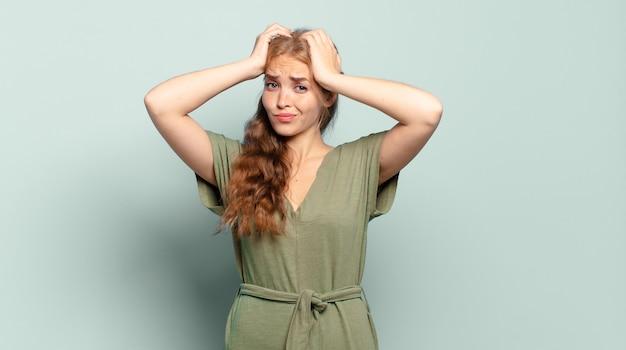 Blonde hübsche frau, die frustriert und genervt ist, krank und müde vom scheitern, hat genug von langweiligen, langweiligen aufgaben