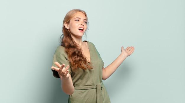 Blonde hübsche frau, die oper aufführt oder bei einem konzert oder einer show singt, sich romantisch, künstlerisch und leidenschaftlich fühlt
