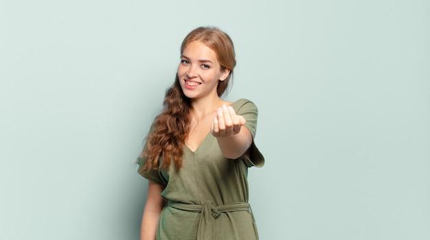 Blonde hübsche frau, die sich glücklich, erfolgreich und selbstbewusst fühlt, sich einer herausforderung stellt und sagt, bring es an! oder dich begrüßen