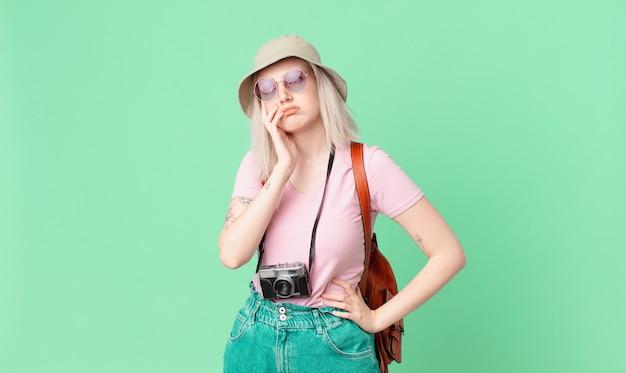Blonde hübsche frau, die sich nach einem ermüdenden gefühl gelangweilt, frustriert und schläfrig fühlt. sommerkonzept