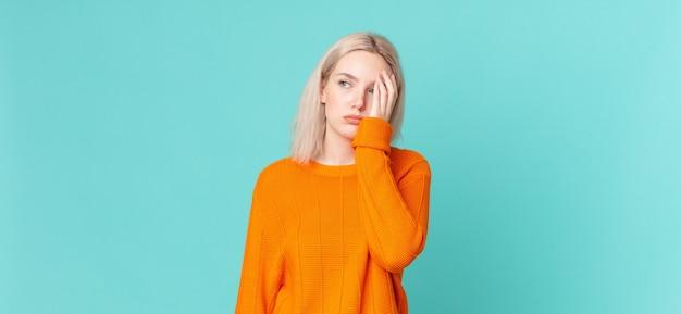 Blonde hübsche frau, die sich nach einer ermüdenden langeweile, frustration und schläfrigkeit fühlt