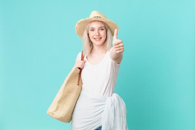 Blonde hübsche frau, die stolz ist und positiv mit daumen nach oben lächelt. sommerkonzept