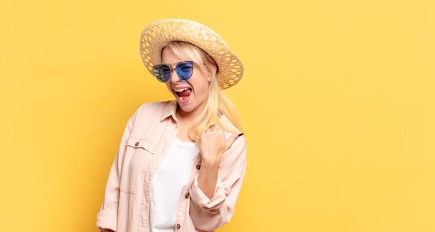 Blonde hübsche frau im urlaub mit einem kopienraum