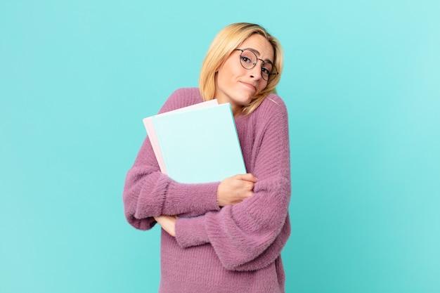 Blonde hübsche frau mit büchern studieren