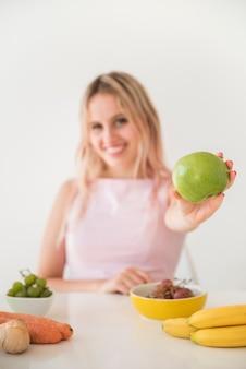 Blonde influencer aufnahme von nahrungsmitteln