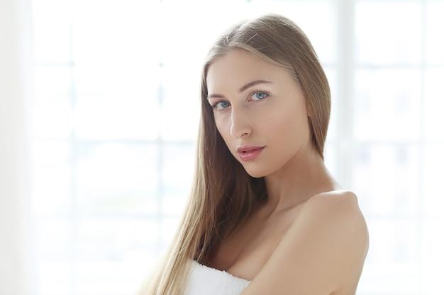 Blonde junge frau posiert