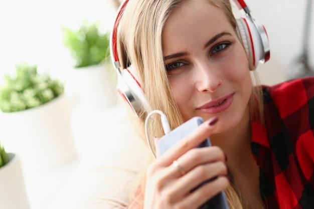 Blonde junge hübsche frau hören musik kopfhörer traum entspannen konzept