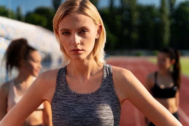 Blonde läuferin macht eine pause