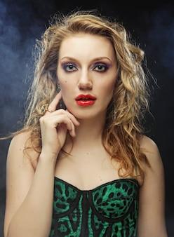 Blonde mode model posiert