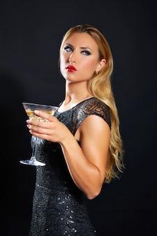 Blonde modefrau trinkendes vermoutcup
