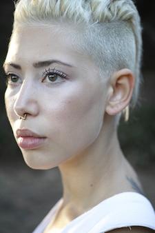 Blonde modell mit einem septum
