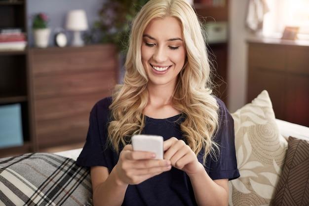 Blonde schöne frau mit smartphone
