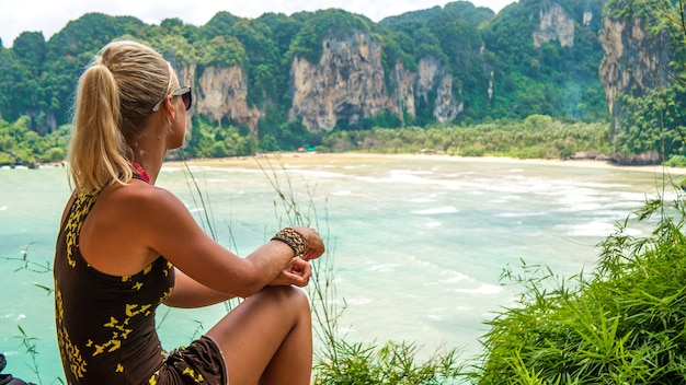 Blonde schöne frauen auf ansichtspunkt zum hut tom sai beach bei railay, krabi, thailand.