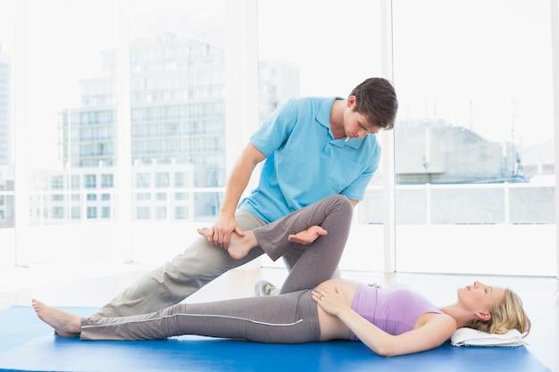 Blonde schwangere frau, die eine entspannende massage erhält