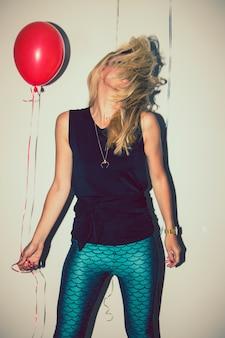 Blonde tanzen auf party mit ballons