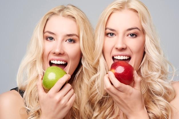 Blonde zwillinge mit gesunden zähnen