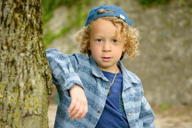 Blonder junge mit blauer mütze