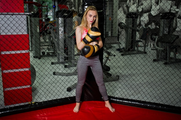 Blonder mädchenboxer des sexy sports warf im ring auf. fit frau boxen.