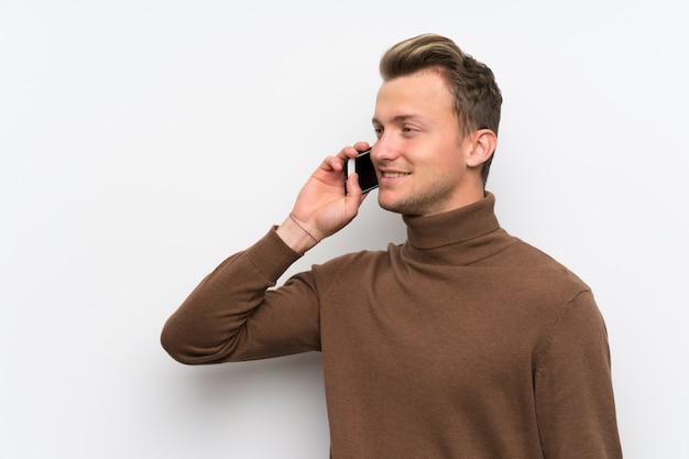 Blonder mann, der ein gespräch mit dem handy hält