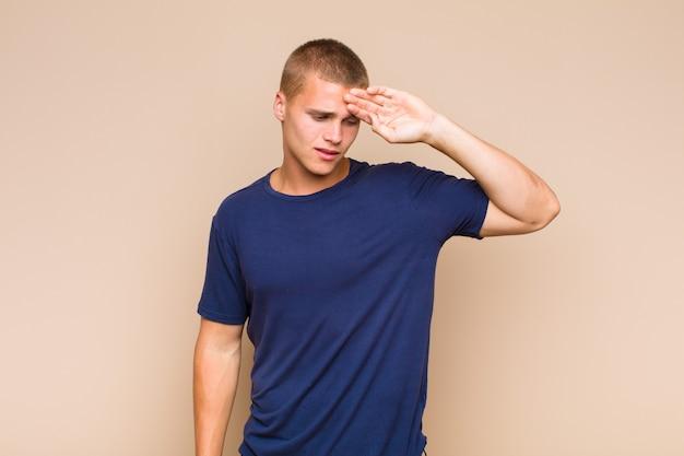 Blonder mann, der gestresst, müde und frustriert aussieht, schweiß von der stirn trocknet, sich hoffnungslos und erschöpft fühlt