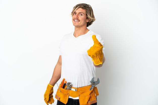 Blonder mann des jungen elektrikers lokalisiert auf weißem hintergrund, der kommende geste tut