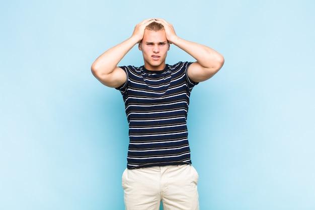 Blonder mann, frustriert und genervt, krank und müde vom versagen, satt von langweiligen, langweiligen aufgaben