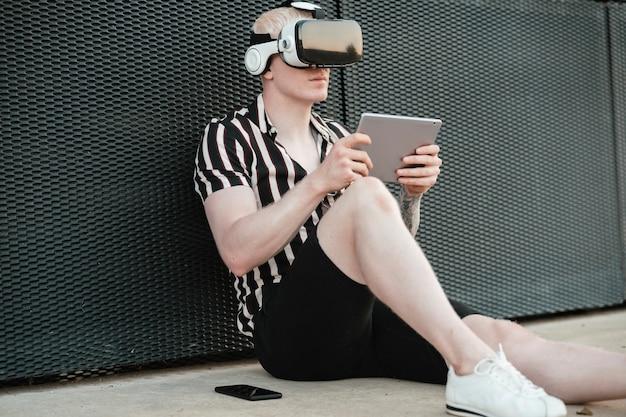 Blonder mann mit virtual-reality-brille