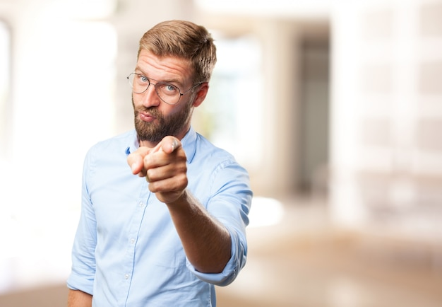 Blonder mann wütend ausdruck
