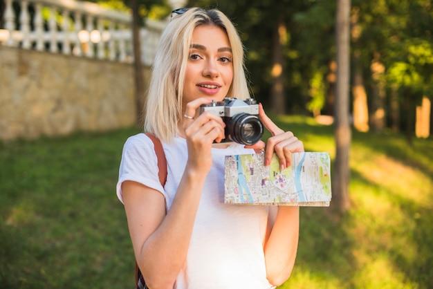 Blonder tourist mit kamera