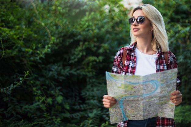 Blonder tourist mit karte