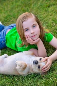Blondes glückliches mädchen mit ihrem chihuahuahündchenporträt