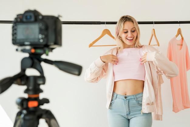 Blondes influencer, das mode-video aufzeichnet