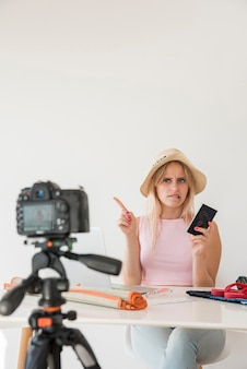 Blondes influencer nimmt ferienvideo auf
