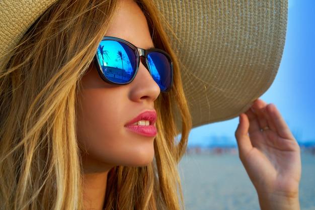 Blondes jugendlich mädchensonnenbrillen und pamela sonnenhut