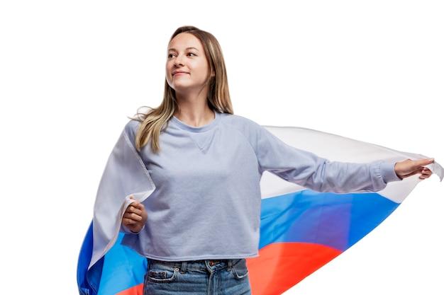 Blondes junges mädchen mit einer russischen flagge