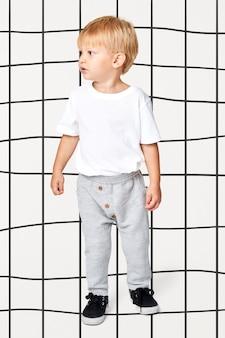 Blondes kind mit weißem t-shirt und trainingshose