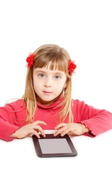 Blondes kinderkleines mädchen mit ebook tablat pc-porträt