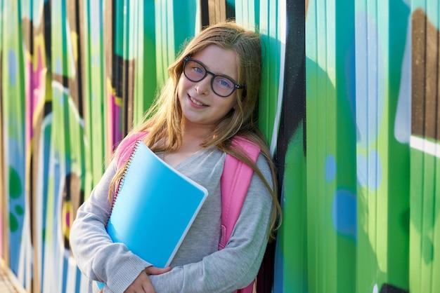 Blondes kinderstudentenmädchen zurück zu schule