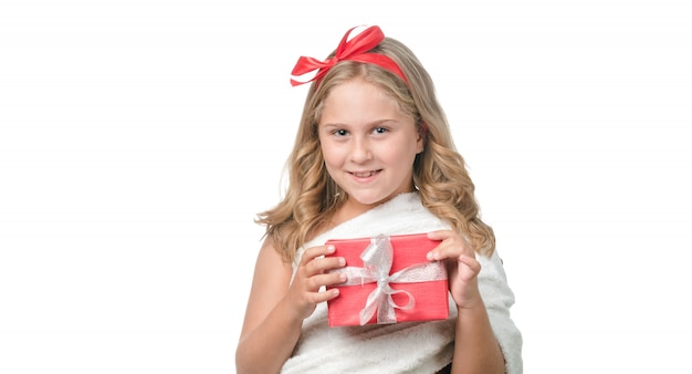 Blondes kleines mädchen mit einem geschenk