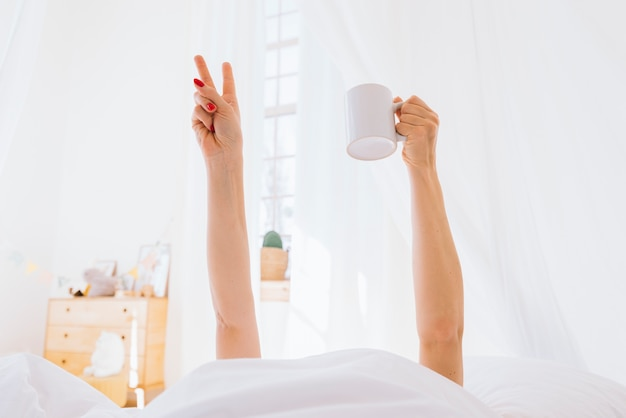 Blondes mädchen, das morgens kaffee trinkt